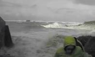 Žmones nusineša didžiulė banga
