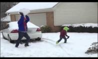 Tėčio ir sūnaus sniego mūšis