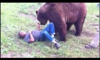 Grizlis žaidžia su žmogumi