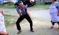 Senis šoka kaip pakvaišęs
