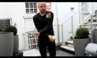 Vyras išsprendžia rubiko kubus jais žongliruodamas