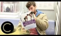 Vyras skaito keistas knygas ir filmuoja aplinkinių reakcijas