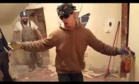Statybininkas paįvairino dieną statybose