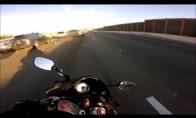 Motociklininkas vos išvengia masinės avarijos
