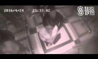 Nevykęs bandymas nukabinti merginą lifte