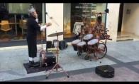 Neeilinis gatvės muzikantas su būgnais