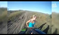Motociklistas atsitrenkė į merginą