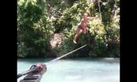 Mergina šokinėja ant virvės