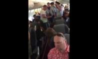 Ištempė iš lėktuvo girtuoklį