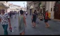 Tėtis įkalbina dukrą pašokti pagal gatvės muzikanto muziką