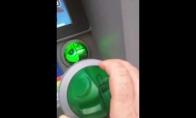 Vaikinas pastebi apgaulę ant bankomato