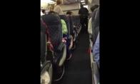 Girta pana išprašoma iš lėktuvo