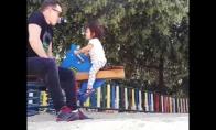 Tėvas žaidžia su dukrele