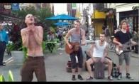 Kietas gatvės dainininkas
