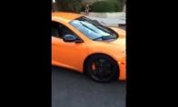 Vaikas su riedlente sudaužo Lamborghini stiklą