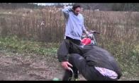 Žiogas vs motociklas