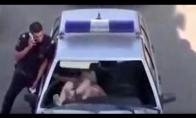 Girta mergina niokoja policininkų automobilį