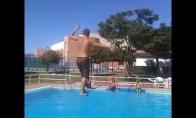 Slackline triukai virš baseino