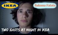 Du vaikinai praleidžia naktį IKEA parduotuvėje
