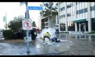 Ugniagesys sutaiso hidrantą