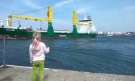 Mergaitė signalizuoja laivui