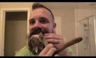 Bičas nusiskuta 6 mėnesių barzdą su skutimosi peiliu