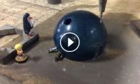 Boulingo kamuolys, perpurkštas stipria vandens srove