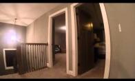 Vaikas su GoPro žaidžia slėpynių