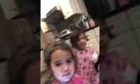Maži vaikai bijo žaislinio elfo
