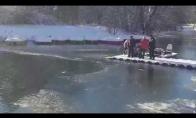 Drąsuolis iš ledinio vandens išgelbsti šuniuką