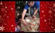 Mergaitė gauna ypatingą kalėdinę dovaną