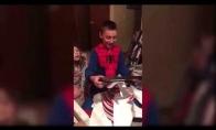 Berniukas gauna geriausią Kalėdinę dovaną