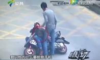 Drąsuolis nokautuoja telefono vagį ant motorolerio