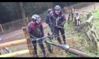 3 vyrai bando nuimti dviratį nuo elektrinės tvoros