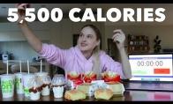 Mergina suvalgo visą kalną McDonald's maisto