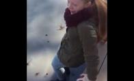 Mergina prisižaidžia bandydama ledo tvirtumą