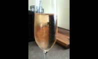 Kas bus įmetus raziną į taurę šampano?