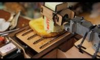 Kaip pasidaryti robotą, tepantį sviestą ant skrebučio
