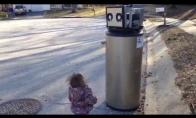Mergaitė susipažįsta su robotu