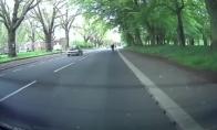 Dviratininką brutaliai partrenkia priparkuotas automobilis