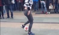 Talentinga mergina su kamuoliu