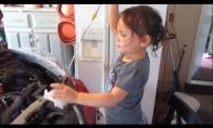 Maža mergaitė moko kaip pakeisti tepalus