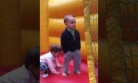 Kietas vaikas pripučiamoje pilyje