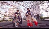 Kietos japonės groja shamisen instrumentu