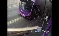 Vyras stebuklingai išgyvena autobuso avariją