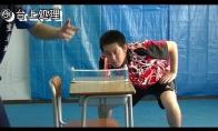 Stalo tenisas ant mokyklinio stalo