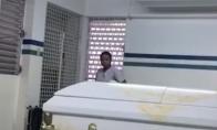 Išdūrkė laidojimo namuose