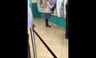 Mergina prie bankomato kai ką pameta