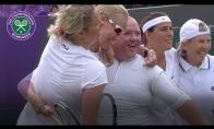 Tenisininkės pakviečia pažaisti žiūrovą