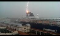Žaibas trenkia į laivą